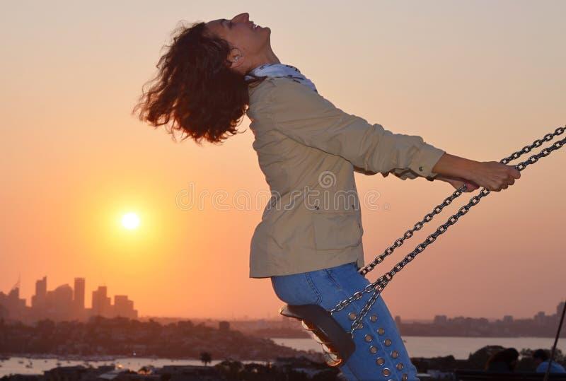 En solnedgång på Dover Heights med en sikt på stad av Sydney, Australien royaltyfria bilder
