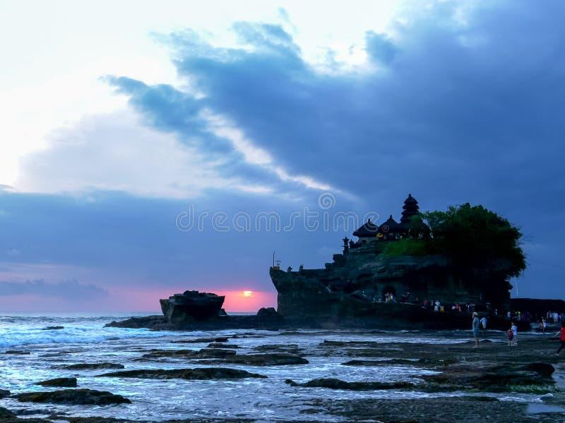 En solnedgång som skjutas av templet för puratanahlott på ön av bali arkivbild