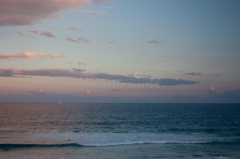 En solnedgång vid havet på en strand i Sydney royaltyfri bild
