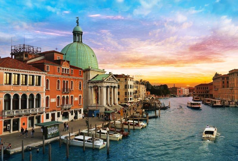 En solnedgångsikt av den San Simeon Piccolo kyrkan över Grand Canal i Venedig, Italien royaltyfri fotografi