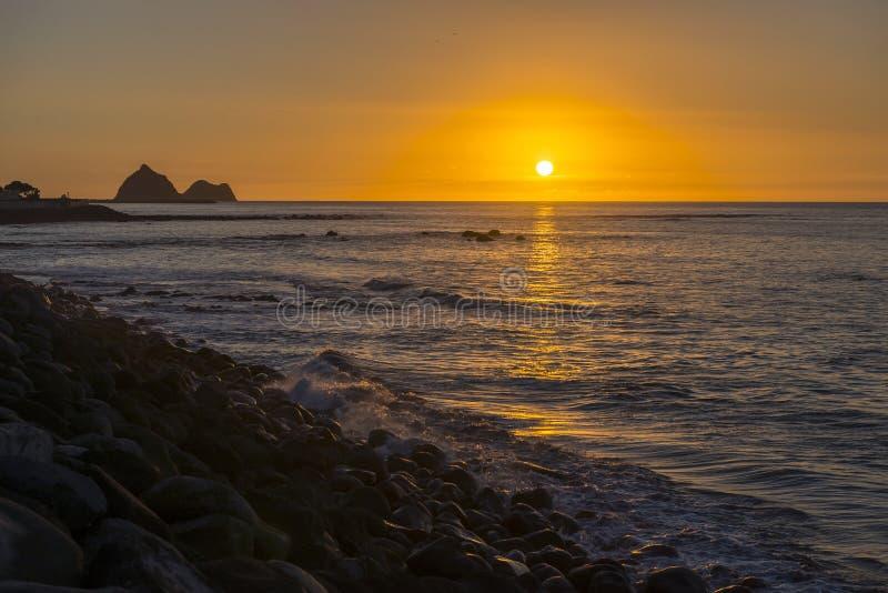 En solnedgångsikt på kust- går av nya Plymouth, Nya Zeeland royaltyfri bild