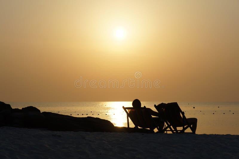 En solnedg?ng p? stranden fotografering för bildbyråer