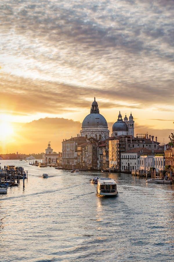 En soluppgång i den stora kanalen och basilikan Santa Maria della Salute arkivfoton