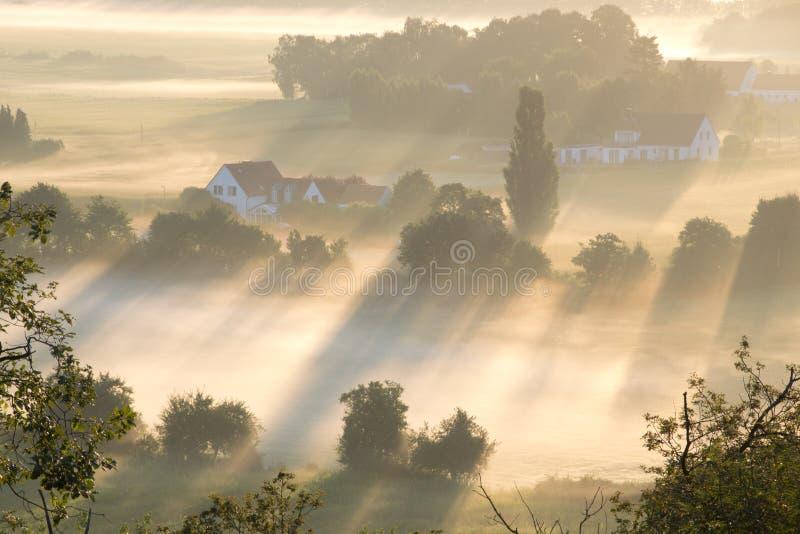 En soluppgång ovanför dimman royaltyfri fotografi