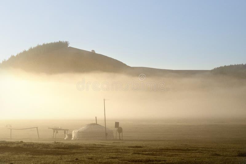 En soluppgång som sover tidigt på morgonen med nomadfamiljen fotografering för bildbyråer