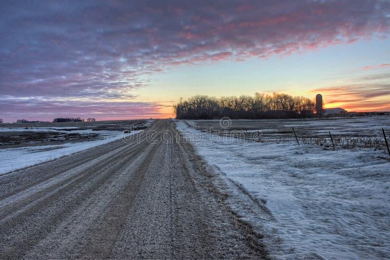 En soluppgång tidigt på en kall vintermorgon i lantliga South Dakota nära dalen fjädrar arkivbilder