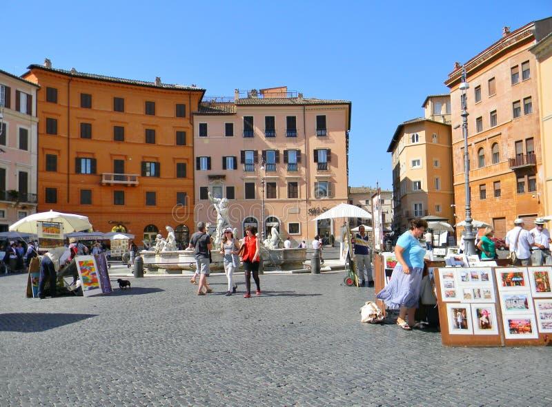En sommarmorgon på piazza Navona i Rome fotografering för bildbyråer