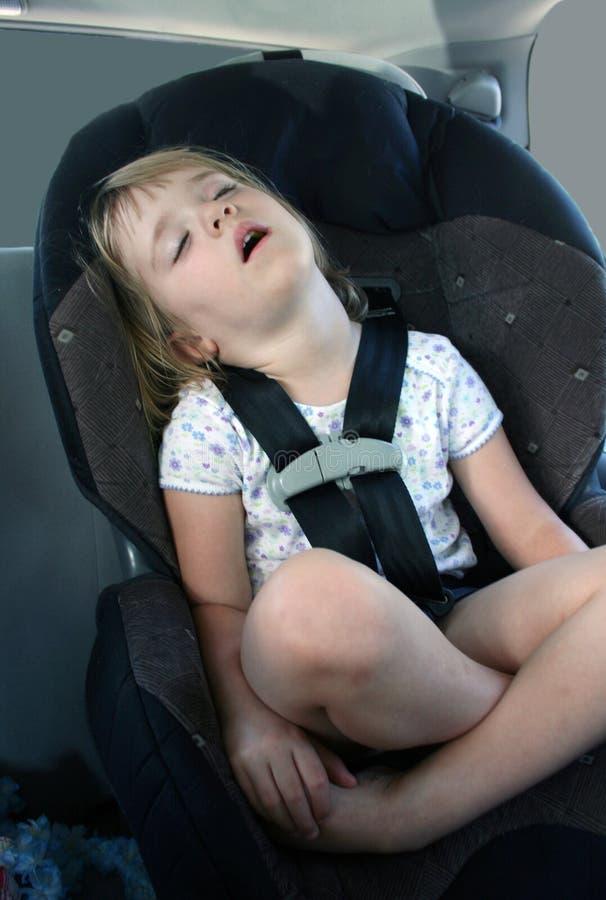En sommeil dans le siège de véhicule photographie stock