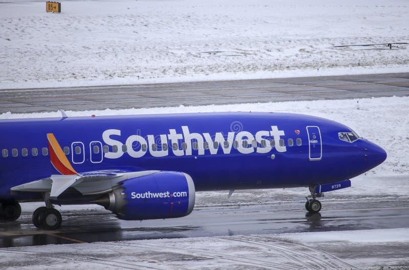 En Southwest Airlines Boeing 737 max 8 som åker taxi till porten, når att ha landat på internationella Portland arkivfoto