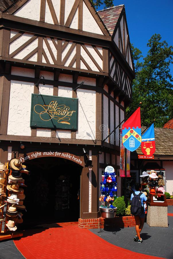 En souvenir shoppar byggs i den Tudor stilen arkivbild