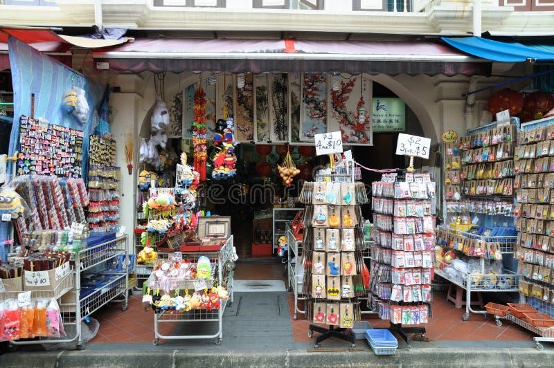 En souvenir shoppar längs pagodgatan i kineskvarterområdet av Singapore royaltyfri foto
