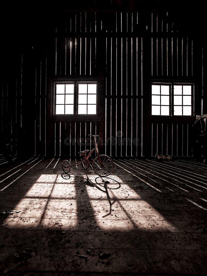 en spökad ladugård i bygden royaltyfri fotografi