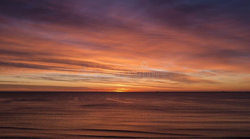 En spektakulär solnedgång över havet royaltyfri fotografi
