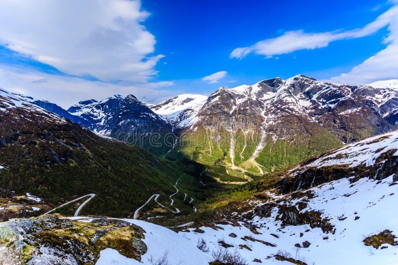 En spolning och en smal väg som ger tillträde till berget i Gaular royaltyfri fotografi
