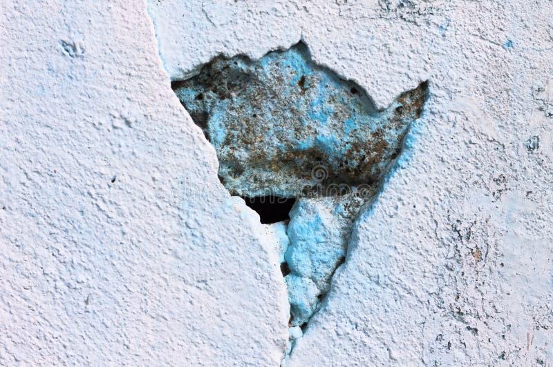 En spricka i en konkret blå vägg arkivbilder