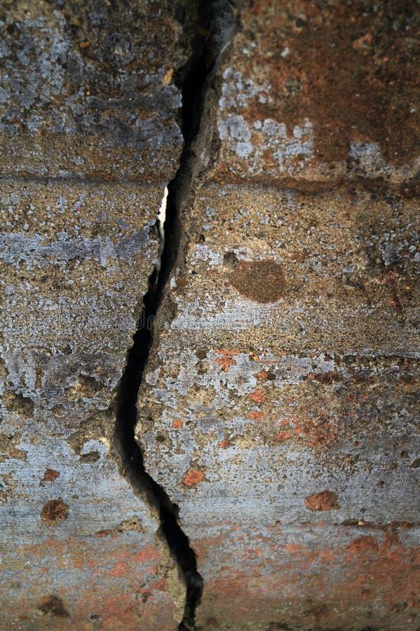 En spricka på den gamla väggen royaltyfria bilder