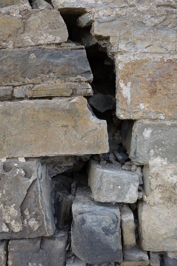 En spricka på en stor slottvägg arkivbild