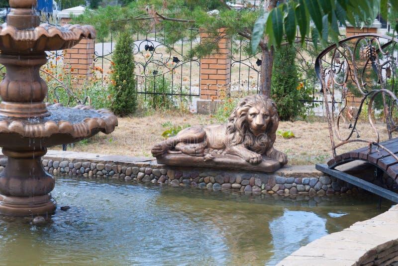 En springbrunn med ett lejon arkivbilder