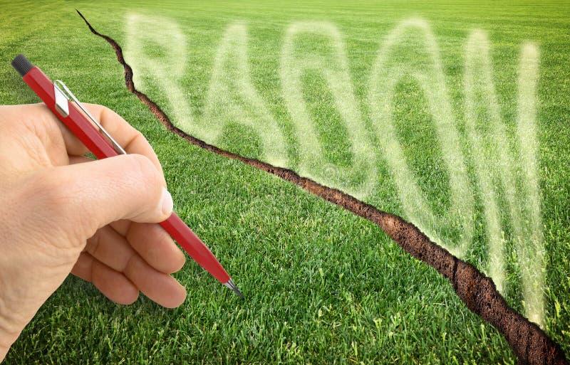 En sprucken grön mejad gräsmatta med radongas som flyr - begreppsbild med handhandstil över den royaltyfria bilder