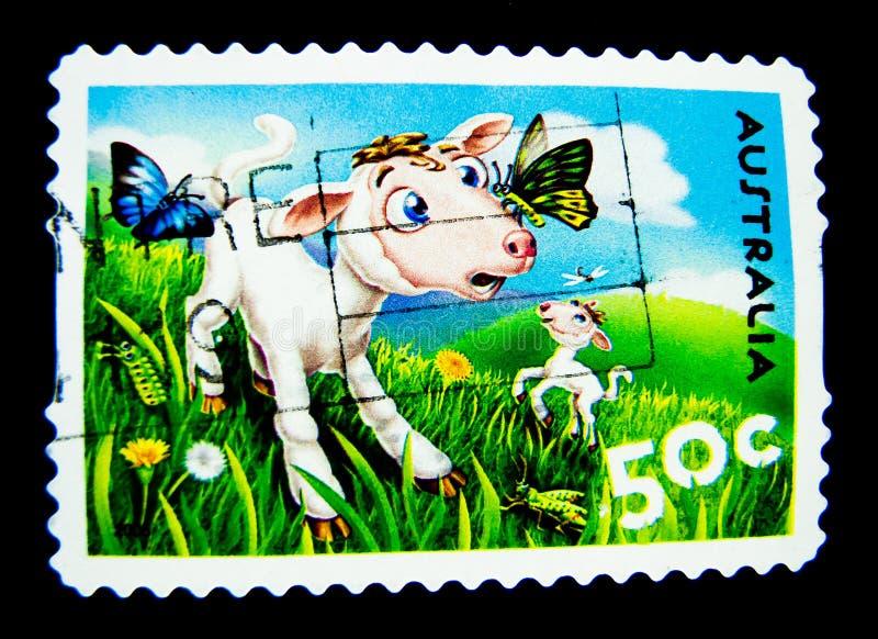 En stämpel som skrivs ut i Australien, visar en bild av den gulliga tecknade filmen för vita får med fjärilen på värde på cent 50 royaltyfri illustrationer