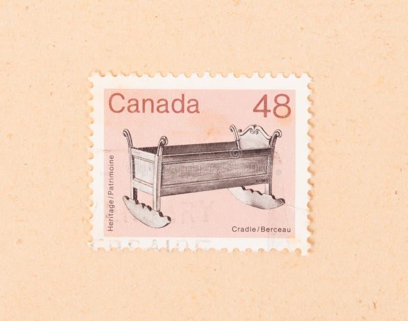 En stämpel som skrivs ut i Kanada, visar en trävagga, circa 1970 royaltyfri foto