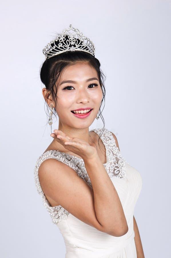 En stående av den bärande bröllopsklänningen för härlig asiatisk kvinna arkivbilder