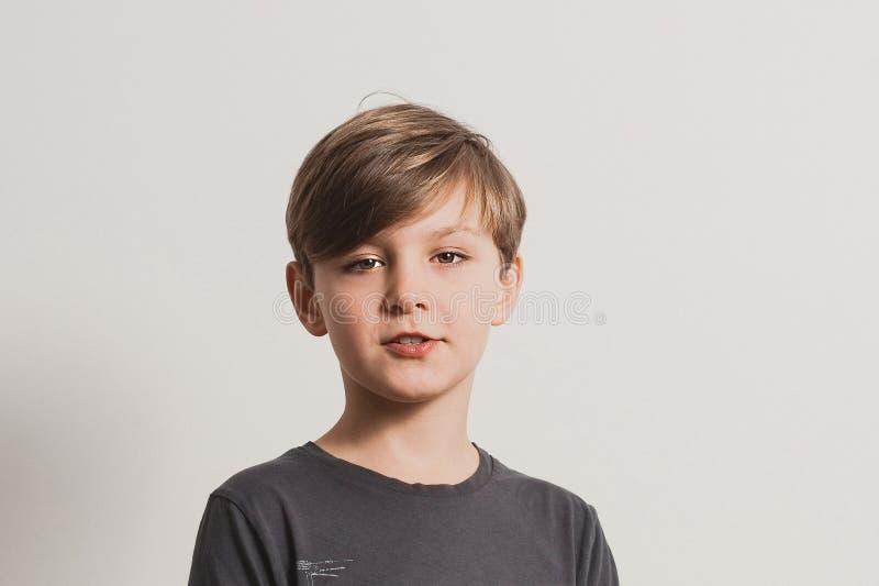 En stående av den gulliga pojken som säger något arkivfoton