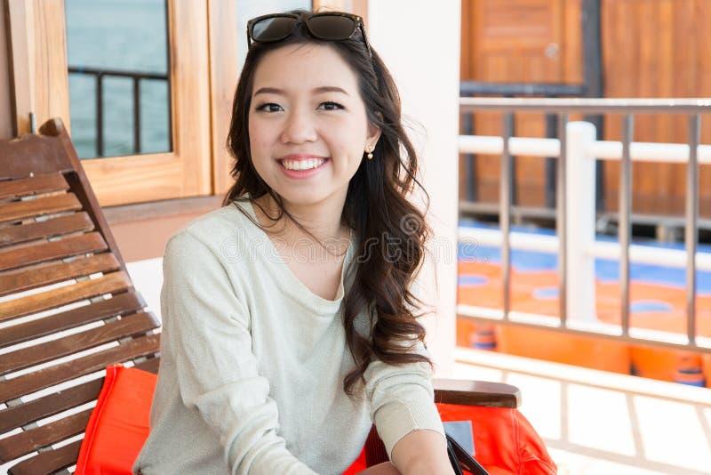 En stående av den härliga asiatiska kvinnan arkivbilder