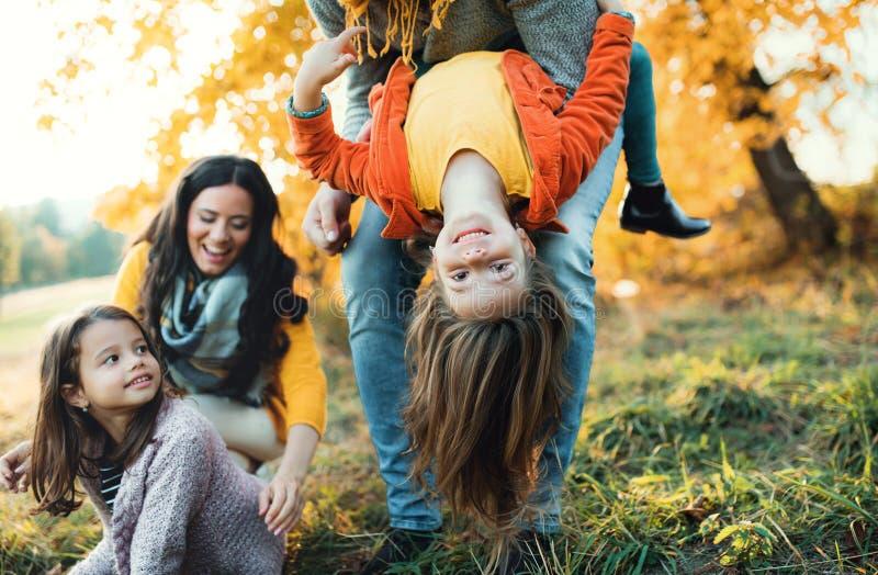 En stående av den unga familjen med två småbarn i höstnatur royaltyfri fotografi