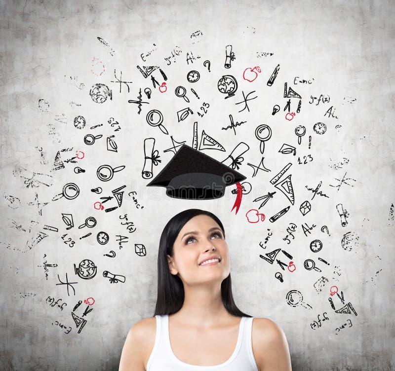 En stående av en drömlik brunettdam om att skriva in in i universitetet royaltyfri fotografi