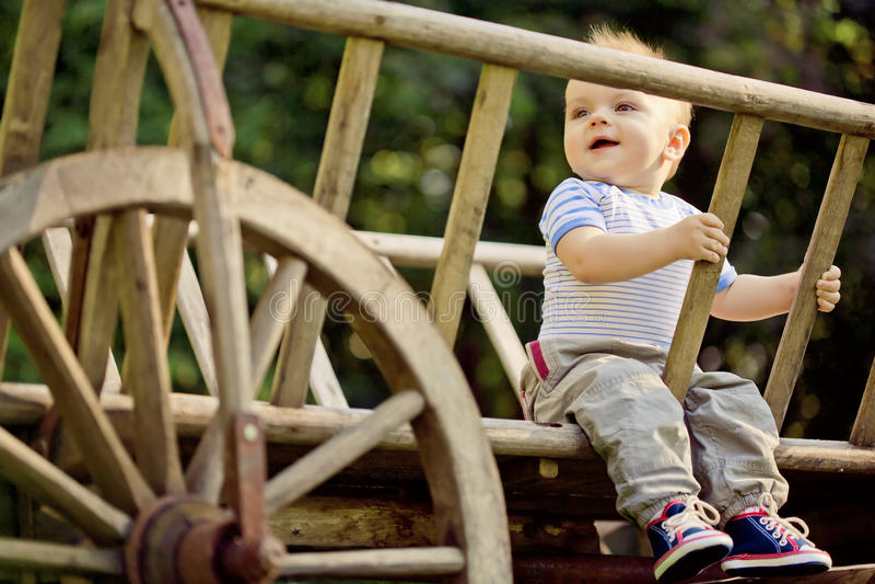 En stående av ett lyckligt behandla som ett barn royaltyfri bild