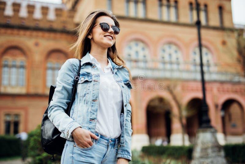 En stående av en flickahögskolestudent på universitetsområde arkivfoton