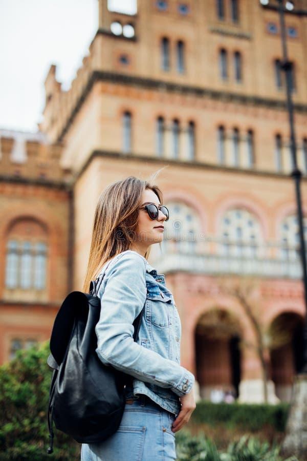 En stående av en högskolestudent för blandat lopp på universitetsområdet arkivfoto