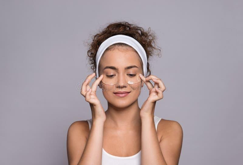 En stående av en ung kvinna med collagenblock i en studio, en skönhet och en hudomsorg arkivfoton