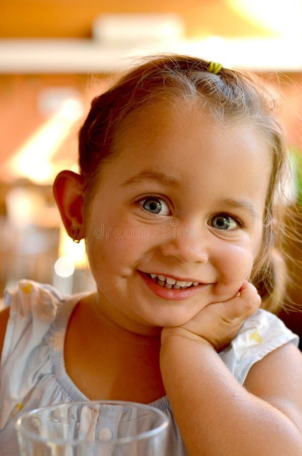 En stående av ungt le som är härligt, behandla som ett barn flickan med blont hår arkivbild