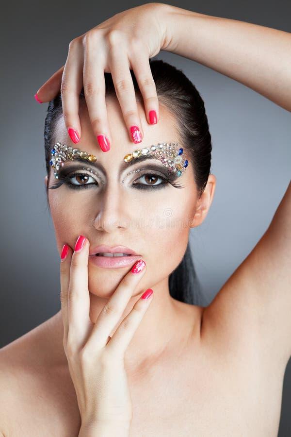 Glamorös caucasian kvinna med smyckensmink fotografering för bildbyråer
