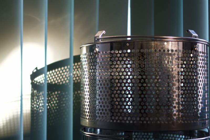 En stålkorg med skuggan royaltyfri foto