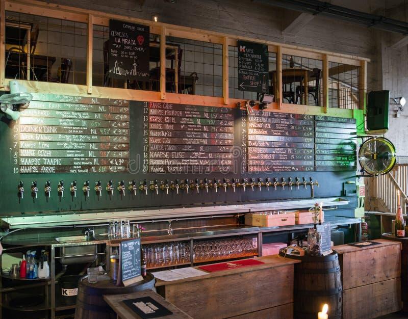 En stång med ett enormt belopp av öl royaltyfri bild