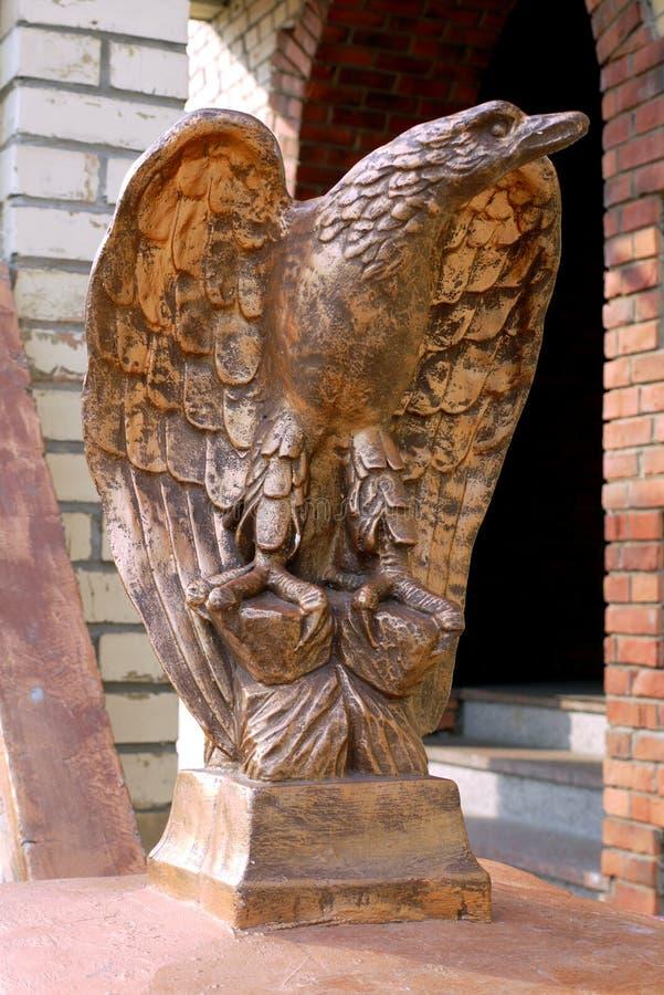 En staty av en bronsfågel med öppna vingar som uppåt ser arkivbild