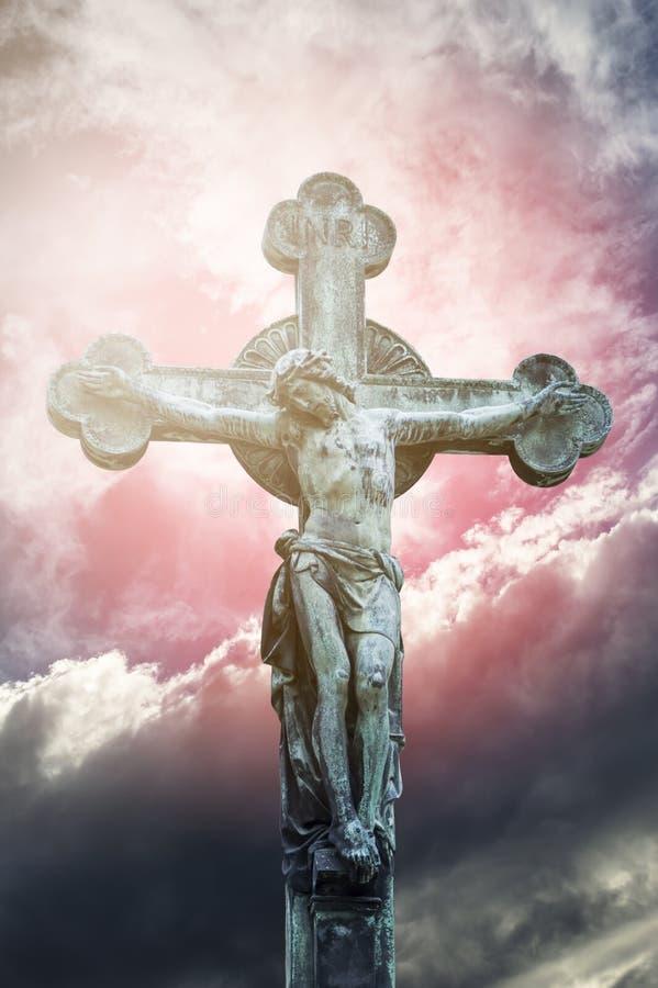 En staty av Jesus Christ korsfäste arkivfoto