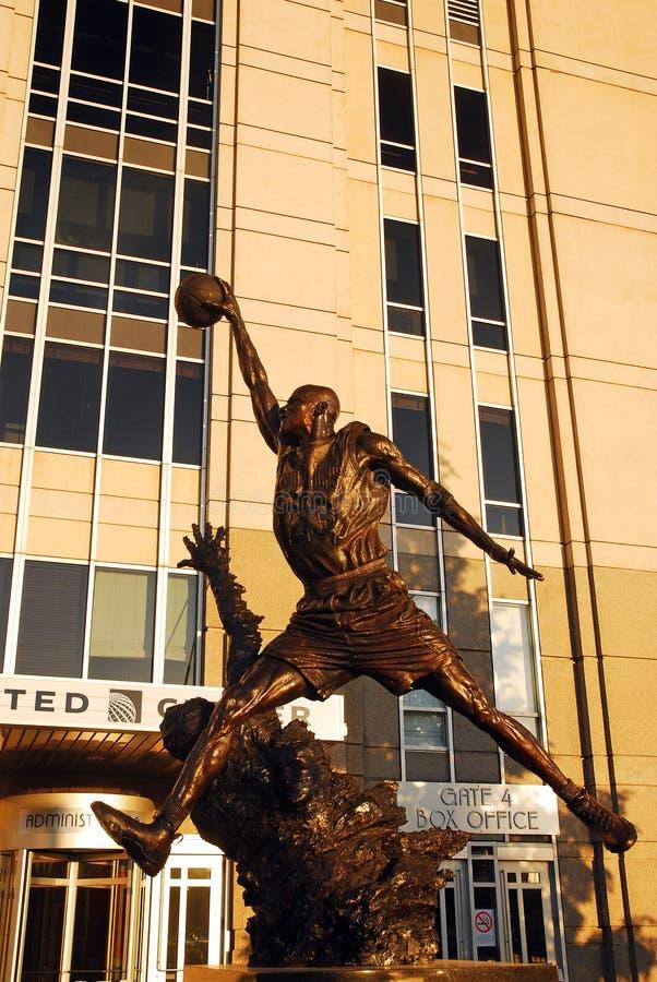En staty av Michael Jordan pÃ¥ den eniga mitten, Chicago fotografering för bildbyråer