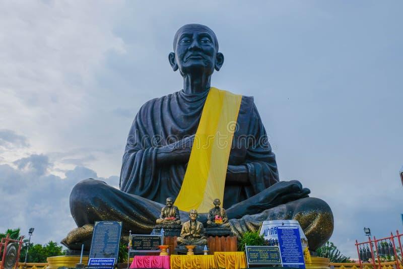 En staty av Somdej Buddhajarn Toh som var störst i världen av watsolbrännan, jed yod Taget i Prachuap Khiri Khan, Thailand arkivbild