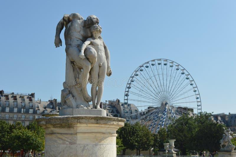 En staty i Paris royaltyfria bilder