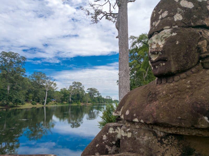 En staty på den södra porten på Angkor Thom royaltyfri bild