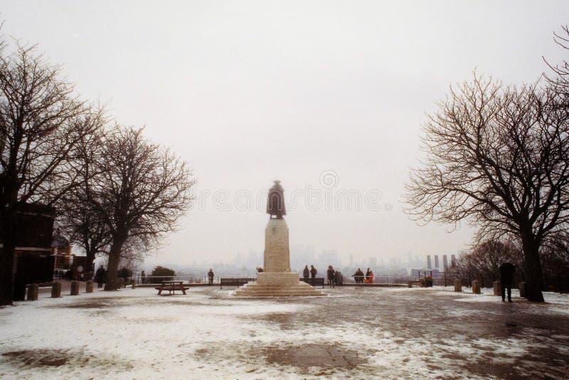En staty på ett snöig parkerar under vinter royaltyfri foto
