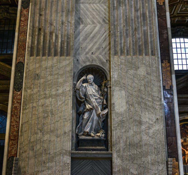 En staty på helgonet Peter Basilica i Rome royaltyfria bilder