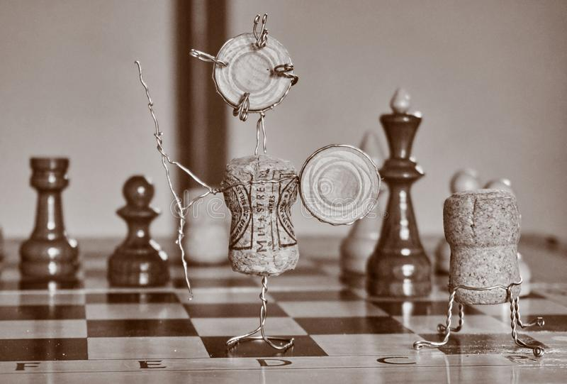 En statyett på en schacktabell royaltyfri bild