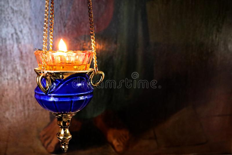 En stearinljus som t?nds i kyrkan royaltyfri bild