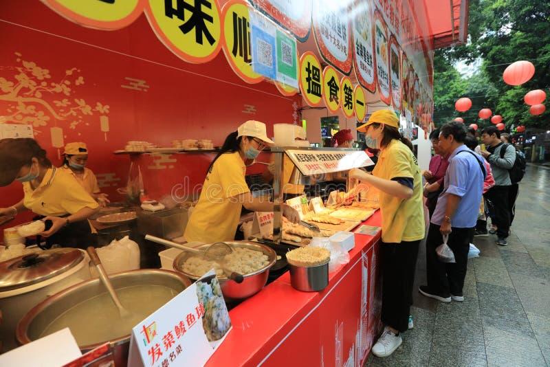 En steknålmat stannar på Guangzhou den fot- vägen - Guangzhou - Kina arkivbild