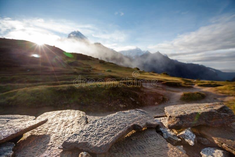 En sten från den mani väggen i Himalayas royaltyfria foton